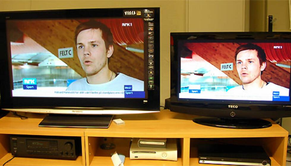 """En stor 42"""" plasma fra Panasonic til venstre, og vår billig-TV til hyre. Her ser du også at det er stor forskjell i størrelsen. 32"""" blir litt lite for store stuer, synes vi. PS! Bildet kan gi inntrykk av å mangle en del detaljer, men det skyldes først og fremst innstillinger i kameraet. Det er imidlertid ikke fullt så tydelige detaljer i lyse og mørke partier på billig-TVen som på den langt dyrere plasmaen."""