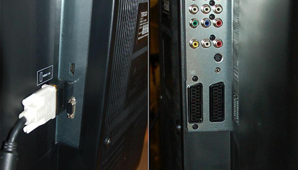 Tilkoblingspunktene sitter på sidene bak, og dermed er det grei skuring å få hengt TVen på veggen.