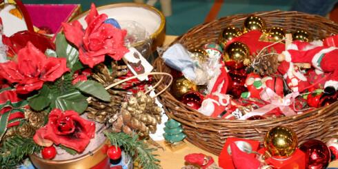 Julepynt fra 1986 til i fjor, sånn cirka. Mange søte nisser, glinsende kuler, kurver og telysholdere. Gamle juleplatter er samleobjekter. Foto: Synne Hellum Marschhäuser