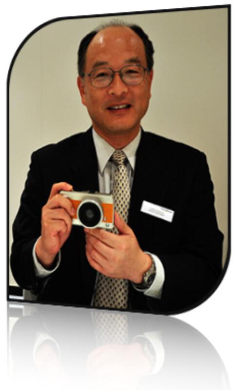 Olympus' sjef for R&D, Yasuo Asakura viser frem deres fremtidige micro FourThirds-modell. Foto: Pål Joakim Olsen