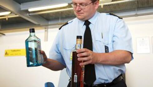 Ingen passasjerer liker å bli fratatt drikkevarene sine i sikkerhetskontrollen. Foto: Colourbox