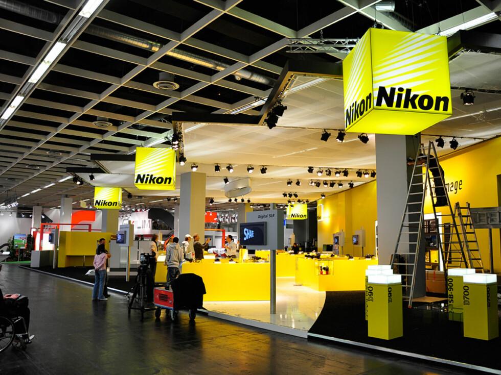 Nikon var nesten ferdig med å bygge sin stand, og var en av de få som allerede var behjelpelige hvis man lurte på noe. Foto: Pål Joakim Olsen