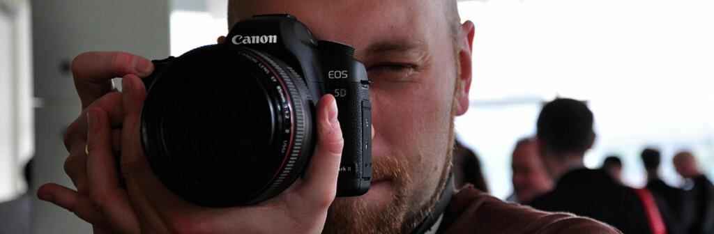 Her er Canons nye gromgutt - fullformatkameraet 5d mark II. Objektivet koster like mye som kameraet - en 85mm f/1,2 L. Foto: Kai Thon