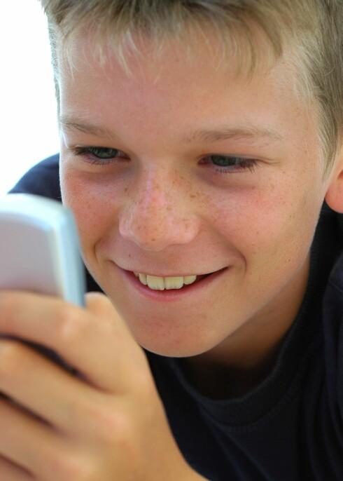 Bruk SMS og MMS fremfor å snakke i mobilen, oppfordrer svenske forskere.  Foto: colourbox.com