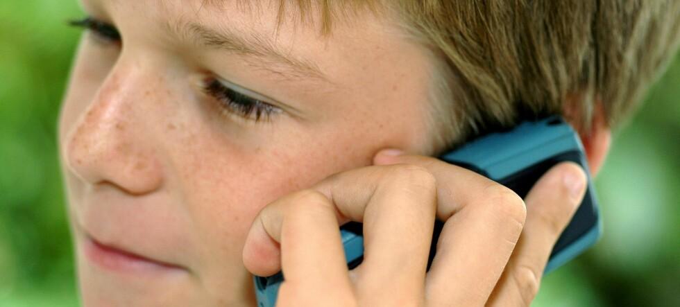 Barn under 12 år bør snakke i mobiltelefonen kun i nødsfall, mener forskere.   Foto: colourbox.com