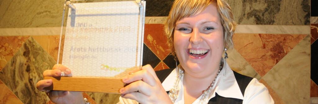 Silje Lærk med beviset på at butikken hennes er årets beste. Foto: Birger Morken/Posten