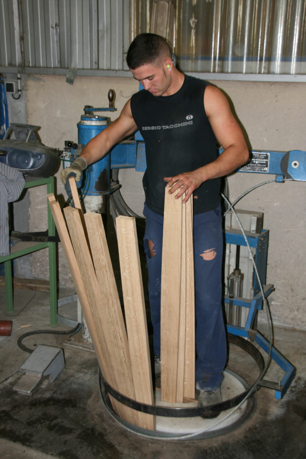 Her lages eiketønnene, som er en langvarig prosess. Treplankene står ute og tørker i flere år før de kuttes i riktig størrelse og settes sammen. Foto: Astrid Mannion