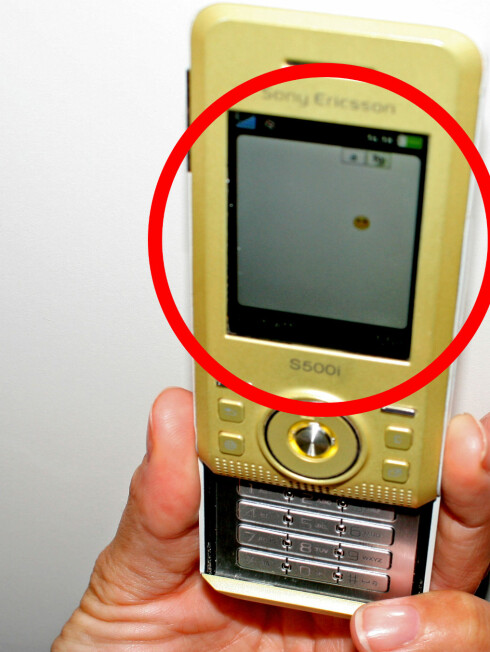 Slik ser det ut når man skriver en sms med hvitt display. Denne skaden gikk på garantien. Foto: Synne Hellum Marschhäuser