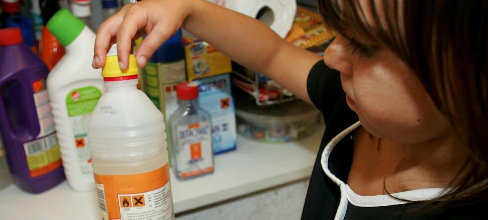 Avløpsåpnere, ovnsrens, maskinoppvaskmidler, malingsfjernere, avfettingsmidler og sterke rengjøringsmidler kan innebære som regel fare for alvorlig etseskade. Foto: Illustrasjonsfoto: Colourbox