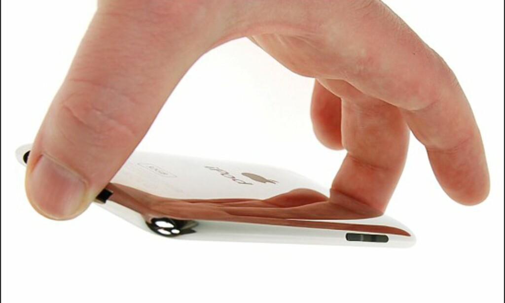 iPod touch 2G kjenner du igjen ved at den har buet rygg og volumknapper på siden.