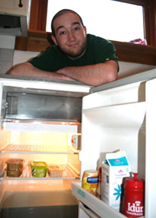 Etter at jusstudent Jonas Hansen (22) flyttet for seg selv har innholdet i kjøleskapet blitt sterkt redusert. Foto: Merete Korsberg Dalsbø