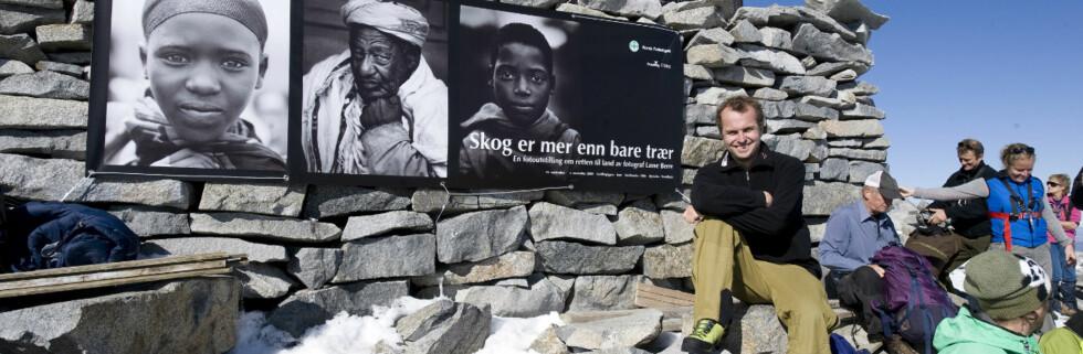 Mange tok veien opp til toppen av Galdhøpiggen søndag 14. september. Der traff de Lasse Berre og bildene hans.  Foto: Newswire