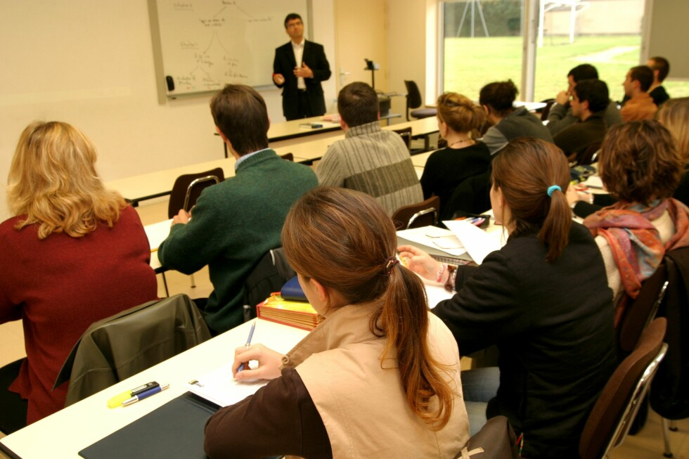 Et år ekstra på skolebenken kan gi deg mye tilbake i form av lønn og trygghet. Foto: colourbox.com