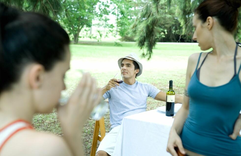 Et glass vin til maten er godt for helsa, om du følger middalhavsdietten ellers ... Foto: Colourbox