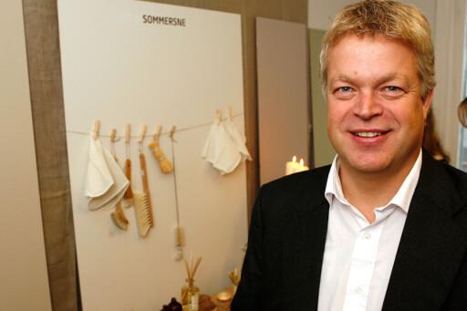 Geir Endregard i Norges astma- og allergiforbund er svært fornøyd med samarbeidet med Jotun. Her foran en prøve av fargen 'sand'. Foto: Per Ervland