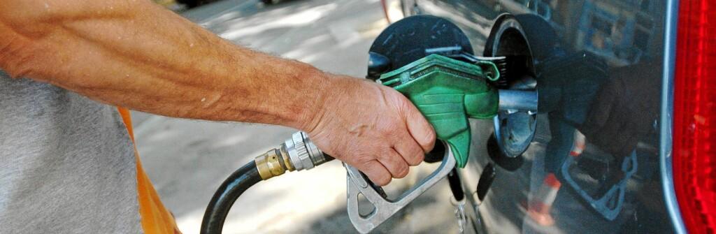 Til tross for at oljeprisen har sunket fra 150 til 100 dollar fatet, har ikke bensinprisene falt tilsvarende. Foto: Colourbox.com