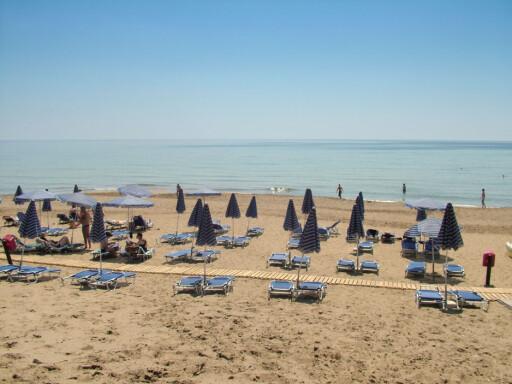 Glyfada strand har en ledig solstol til deg. Foto: Charis Tsevis