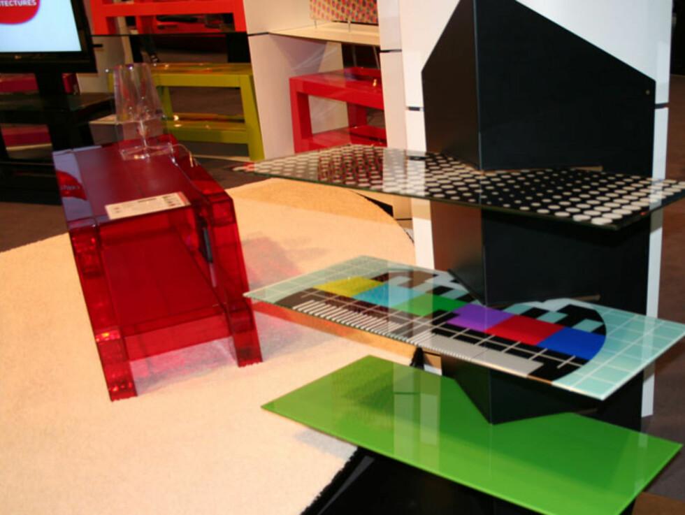 Fargerikt er stikkordet på Erards TV- og stereo-benker.