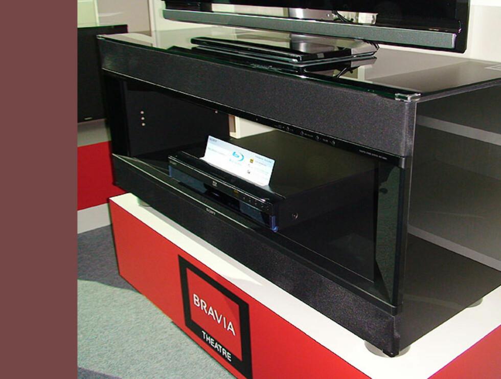 Sonys TV-bord med innebygde høyttalere er forsåvidt ingen nyhet, men det gjør seg fortsatt bra. Selges hos Sony Centrene