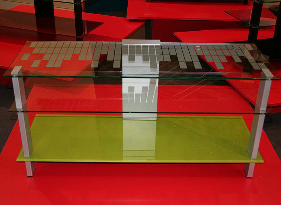 Rimelig klassisk TV-bord fra Erard, men fargekomboen trekker opp.