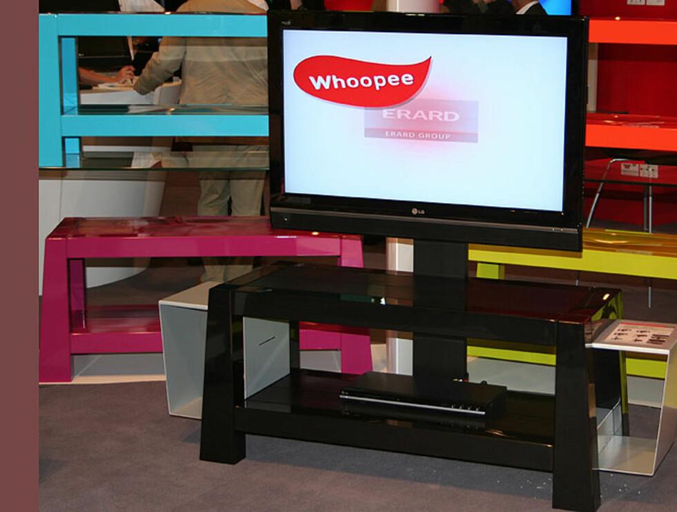 Erards TV-benk Whoopee leveres flatpakket og kommer i utallige fargekombinasjoner. Modellene kan også utvides, her ser du den sorte modellen med ekstra oppbevaringsplasser på sidene.