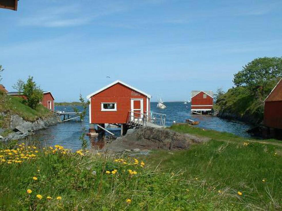 De røde naustene dekorerer skjærene. Foto: Marian Lie Johansen