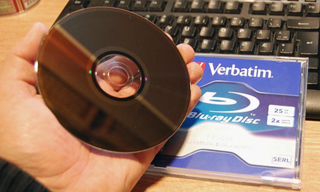 Slik ser undersiden av en Blu-ray-plate ut. Mens CD-plater ofte er grønnaktige, er blu-ray-platen mørk grå.
