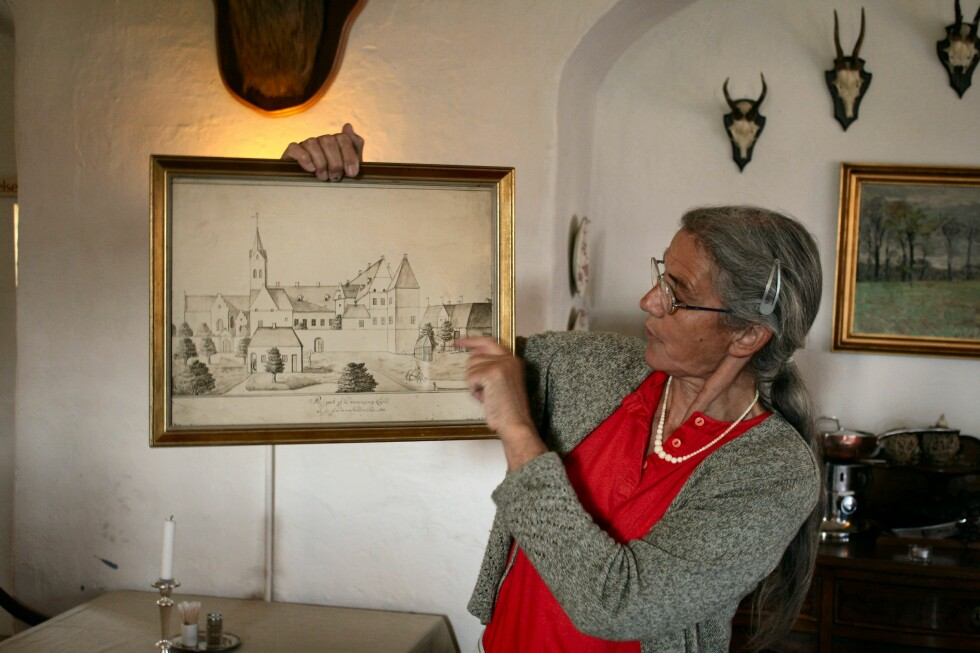 Guide Runa Christensen viser hvordan Dronninglund Slot så ut før i tiden. Foto: Stine Okkelmo
