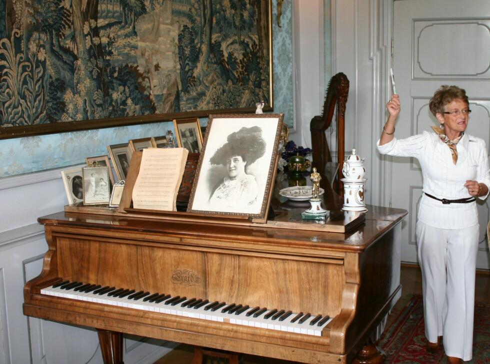 Guide Lilly Thomasen viser rundt i Voergaard Slot. Bildet på pianoet viser den franske grevinnen danske Oberbech-Clausen giftet seg med. Foto: Stine Okkelmo