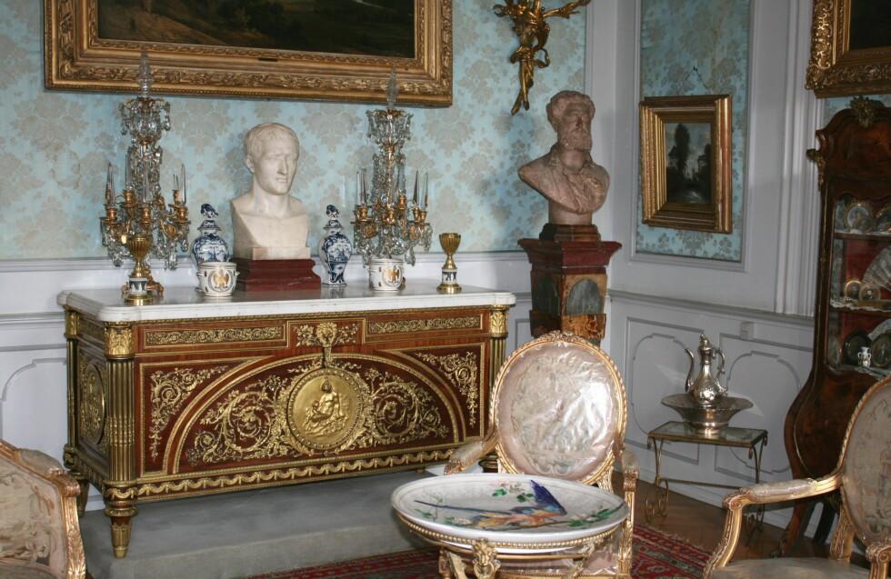 Den vakre skjenken det bare finnes fire av i verden – to på Voergaard Slot, et i Louvre, og et i Versailles. Foto: Stine Okkelmo