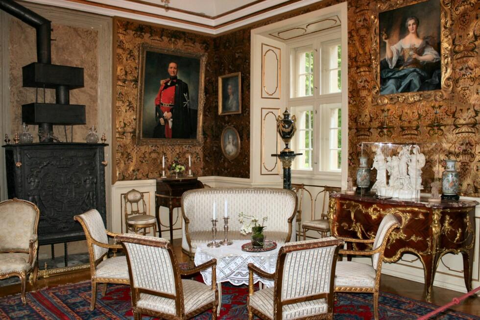 Voergaard Slot er spekket med vakre møbler og kunstgjenstander. Legg merke til gulltapetet, som er av villsvinhud. Foto: Stine Okkelmo
