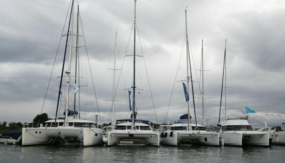 Disse toskrogs seilbåtene blir det flere og flere av på messa. Lagoon er en av produsentene. Foto: Per Ervland