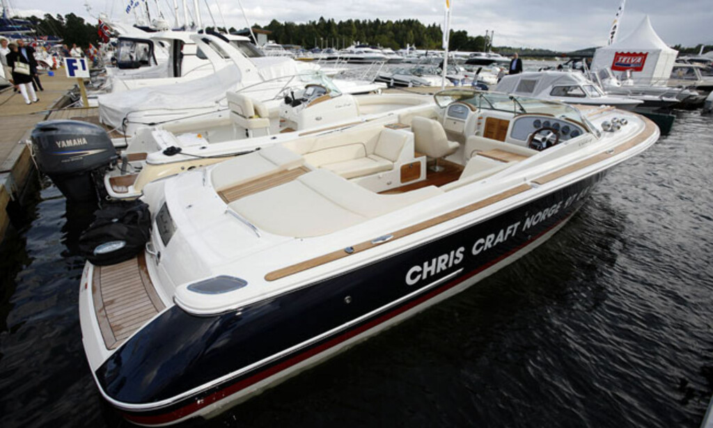 Chris Craft Corsair 28 er lav, bred og lekker. To V8 bensinmotorer sørger for en toppfart på rundt 50 knop. Prisen er 1,6 millioner kroner. Foto: Per Ervland