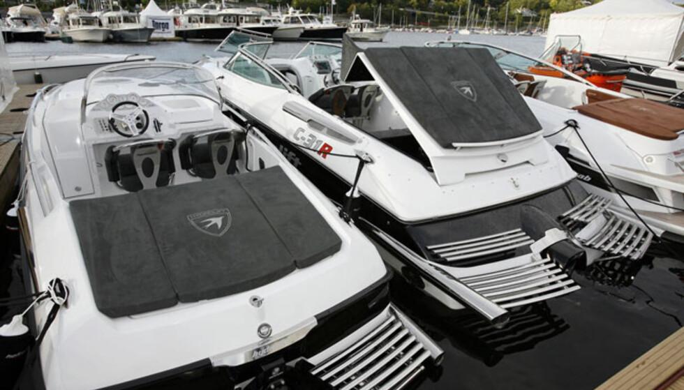 Hydrolift var på plass med flere båter. Største nyhet er Mercruiser Eu662-motor (662 hk) i C31. Da blir toppfarten 65 knop og lommeboka tømmes for 3,2 millioner kroner. Den bruker i tillegg rikelig med bensin. Foto: Per Ervland