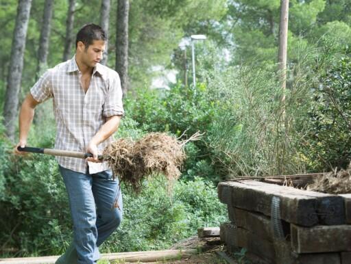 Det er stort sett mannen som tar de tyngste løftene, mens kvinner gjerne trår til når det skal rakes opp småkvister, gress og løv. Foto: Colourbox.com