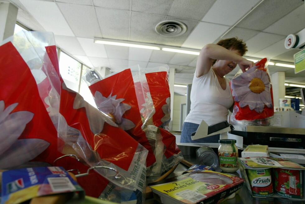 Du trenger ikke ha dårlig samvittighet om du sier jatakk til plastposer i butikken - men du trenger ikke takke ja hver eneste gang.  Foto: colourbox.com