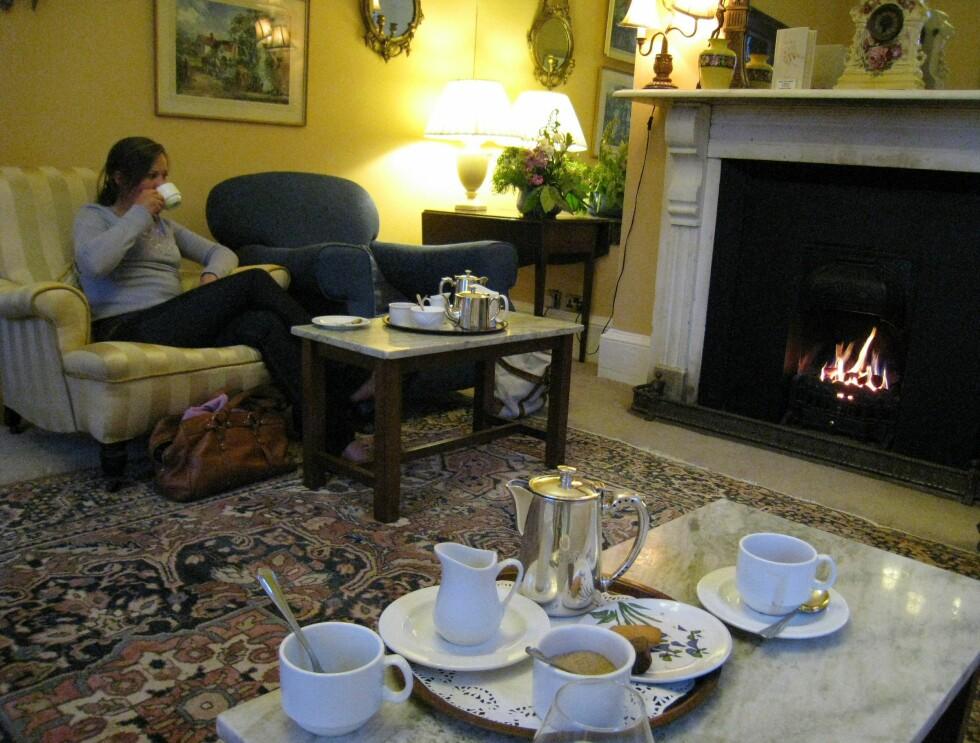 Etter middag er det kaffe og petit fours i peisestuen. Ærverdig skal det være på en gammel herregård. Foto: Stine Okkelmo