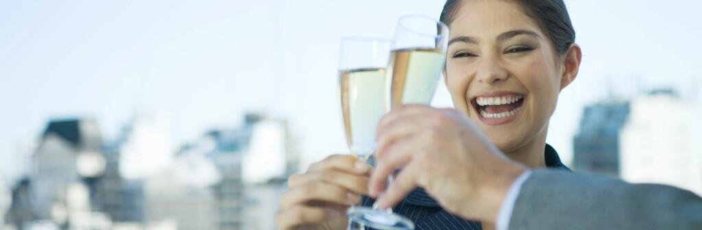 Drinken smaker kanskje ekstra godt under åpen himmel? Illustrasjonsfoto Foto: Colourbox