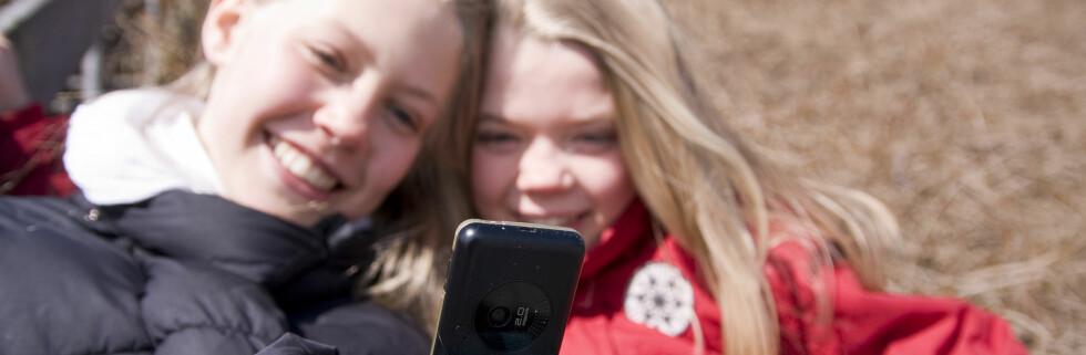 Forbrukerombudet har fått en rekke klager fra foreldre som ønsker strengere kontroll med abonnementstjenester på mobilen. Foto: Colourbox.com