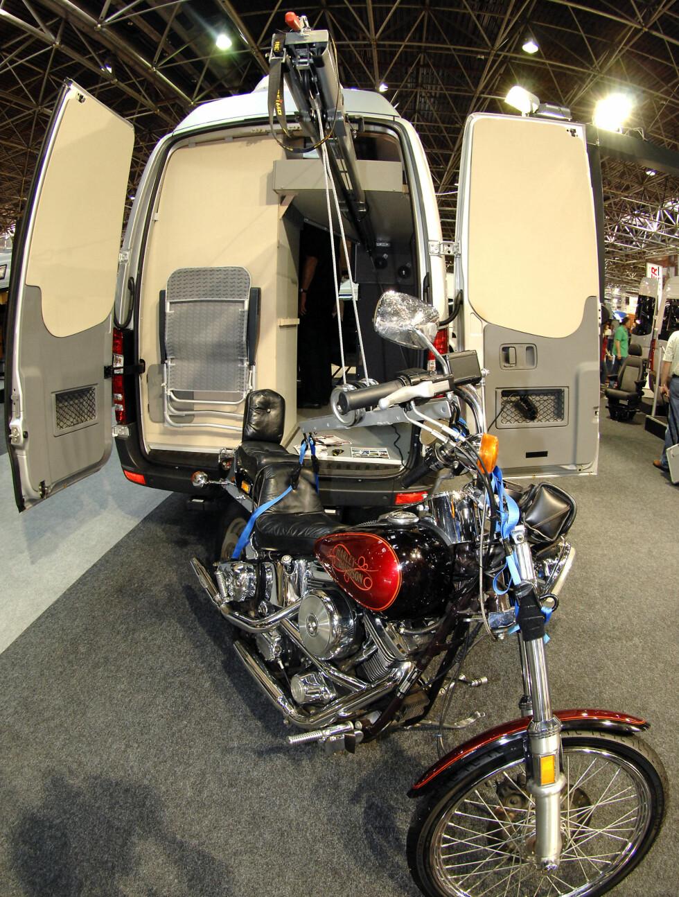 ... og mens vi snakker om garasjer: Her er løsningen for motorsykkelen. Foto: Caravan Salon Düsseldorf