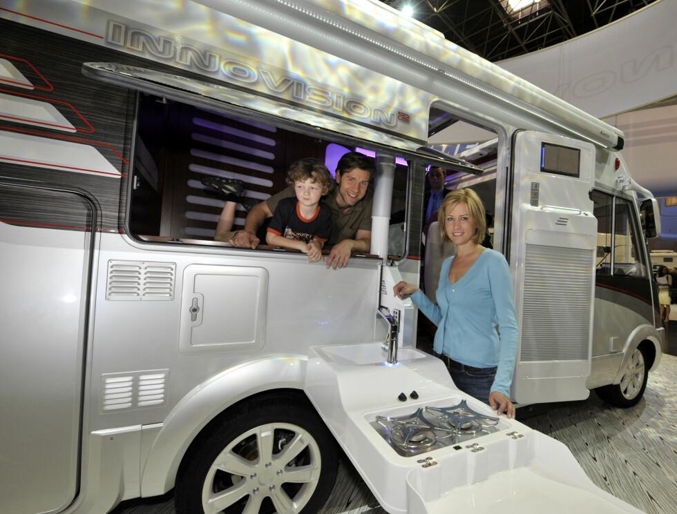 Hymers fremtidsbobil: Innovision. Denne er blant annet utstyrt med solcellepaneler, massasjestol og muligheter for utekjøkken ... Foto: Caravan Salon Düsseldorf