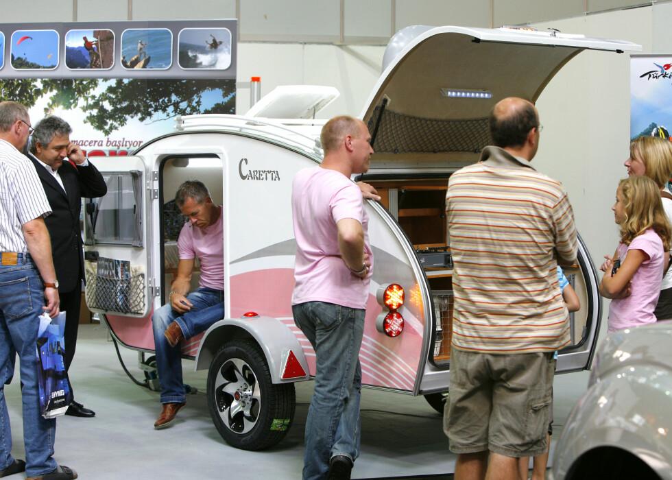Caretta fra Basoglu Karavan må bli en slager hos de yngre jentene som liker sukkersøtt og rosa ... Med sine 375 kilo, er dette en lettvekter som også kan rekkes av en hvilken som helst småbil. Med stort fortelt og kjøkken, vanntank og toalett i hekken, skal denne doningen ikke mangle noe. Den måler 3,83 meter i lengden, og vil komme til å koste rundt 6.000 euro når den kommer på markedet i Tyskland. Foto: Caravan Salon Düsseldorf