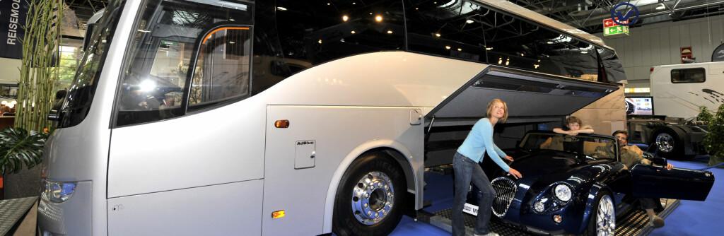 Her er messas dyreste, en spesialbygget kreasjon fra Volkner Mobil. Bobilen, eller kanskje vi heller skal kalle det bussen, koster 1,7 millioner euro i Tyskland, det er 13,5 millioner norske kroner. Vi antar at den lille ekstrabilen ikke er med i prisen ... Foto: Caravan Salon Düsseldorf