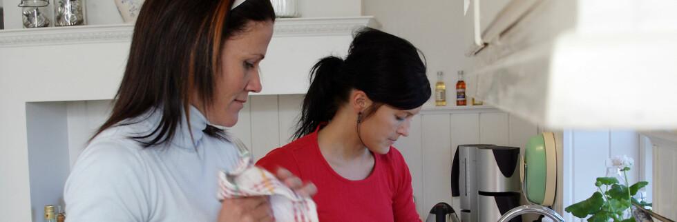 Studenter oppgir at de bor borte, men i virkeligheten er det mor og far som tar oppvasken. Foto: Colourbox.com