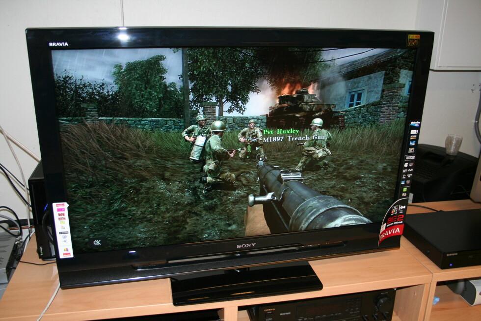 Gaming er moro på denne TVen. Her ser du Call of Duty 3 på Xbox360.