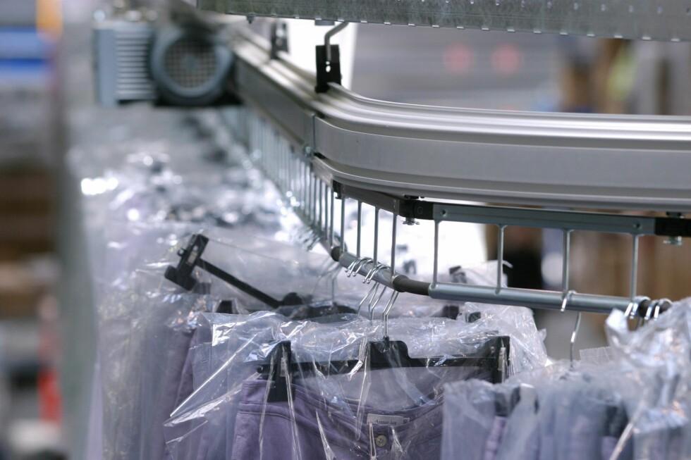 Vi betaler gjerne for at andre skal vaske klærene våre. Foto: colourbox.com