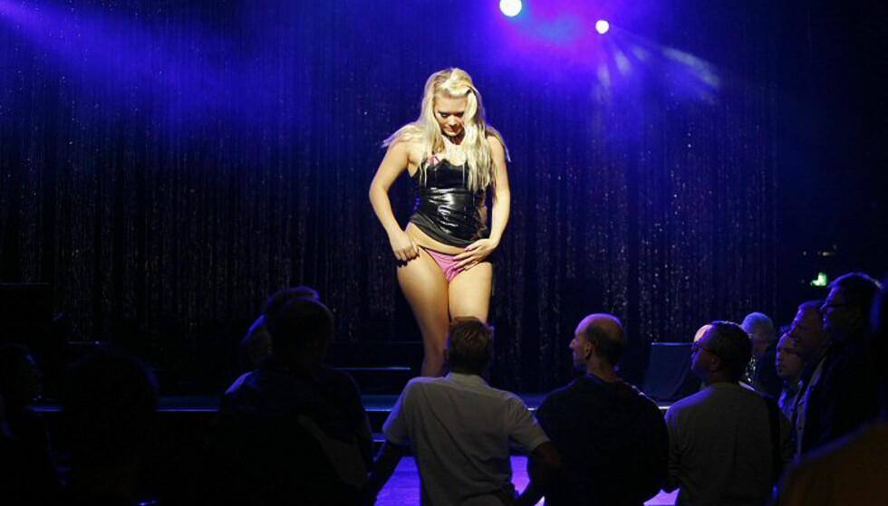Den erotiske danseren Linn entrer scenen. Foto: Per Ervland