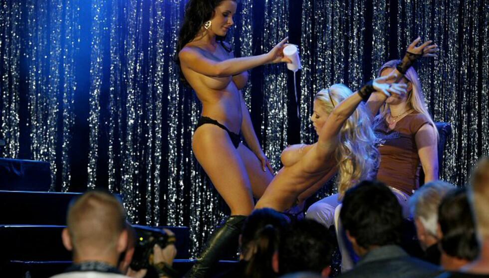 Slik smører damer på seg body lotion ... Foto: Per Ervland