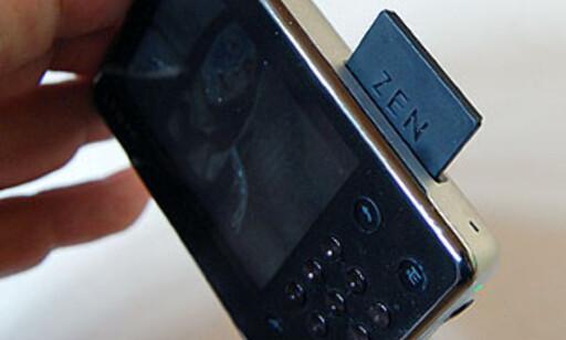 Zen X-fi kan også lese musikk, bilder og filmer fra SD-minnekort, inkludert SDHC-kort med inntil 32 GB kapasitet.