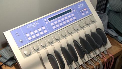 Dette apparatet styrer elektrodene. I alt 54 ulike løsninger er utviklet for å møte klientenes behov. Foto: Per Ervland
